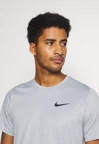 Nike Performance - DRY  - T-shirt basic - particle grey/grey fog/heather/black - 3