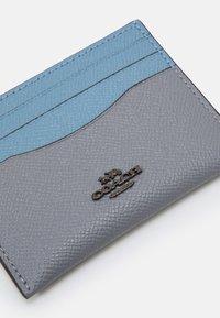 Coach - COLORBLOCK FLAT CARD CASE - Peněženka - granite/azure multi - 3
