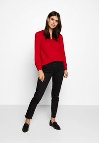 Cortefiel - CREW NECK BASIC BLOUSE WITH EYELETS DETAILS IN COLLAR - Blůza - red - 1