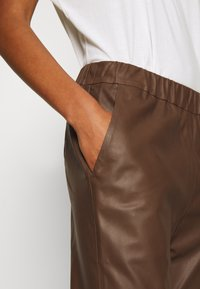 DEPECHE - PANT - Kožené kalhoty - tobacco - 6
