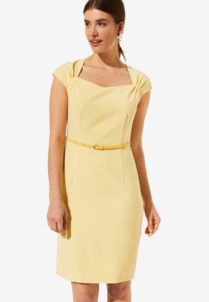 MIT SCHMALEM GÜRTEL - Shift dress - yellow