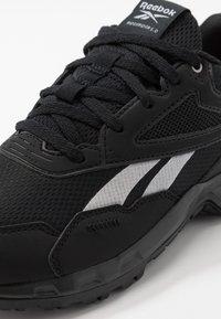 Reebok - RIDGERIDER 5.0 - Obuwie do biegania treningowe - black/steel grey/solar pink - 5