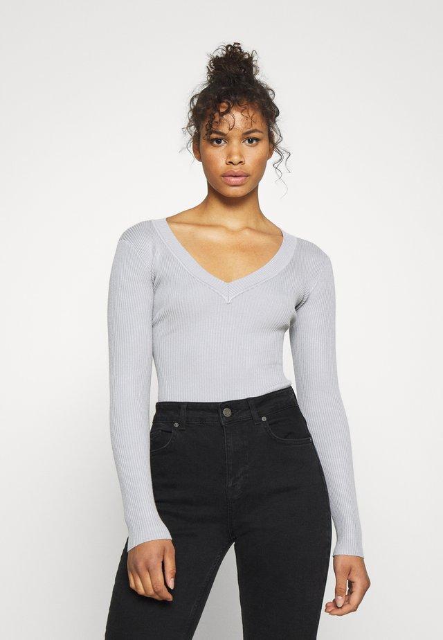 PLUNGE NECK - Sweter - grey