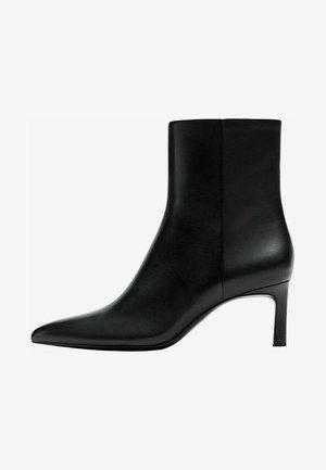 MIT ABSATZ  - Classic ankle boots - black