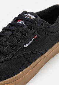 Reebok Classic - CLUB C COAST UNISEX - Sneakersy niskie - black/white - 5