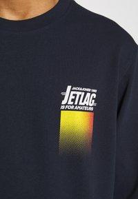 Jack & Jones - WANDER  CREW NECK - Sweatshirt - navy blazer - 6