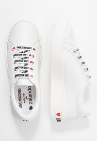 Love Moschino - EXCLUSIVE  - Sneakersy niskie - bianco - 3