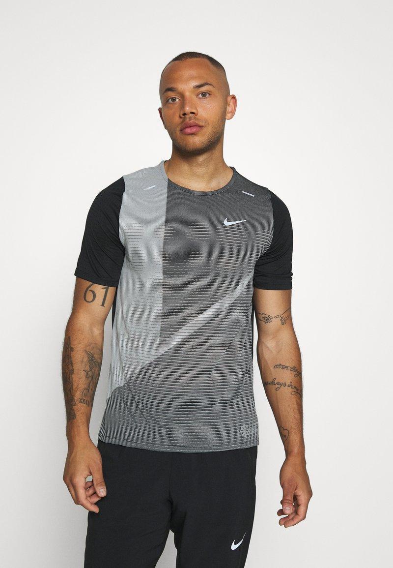 Nike Performance - RISE HYBRID  - Camiseta estampada - black/grey fog/silver