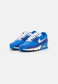 Nike Sportswear - AIR MAX 90 SE - Sneakersy niskie - signal blue/white/game royal/deep royal blue/black/sail - 1