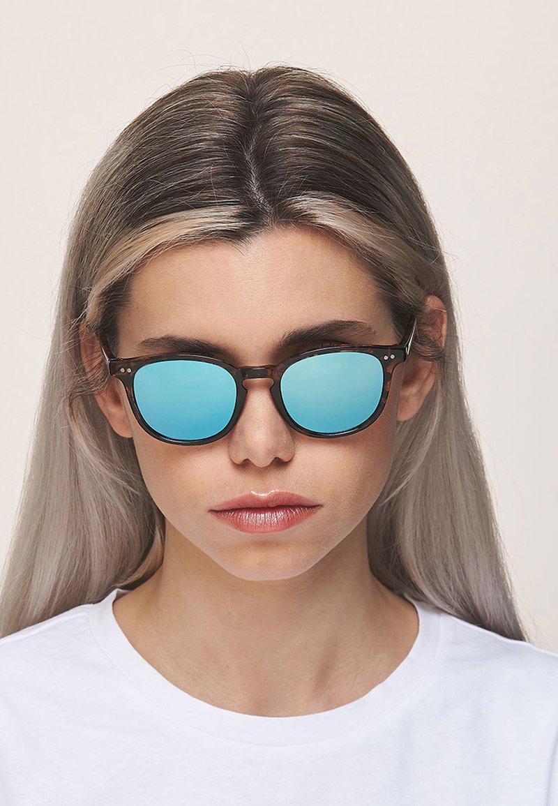 Meller - BANNA - Sunglasses - tigris sky