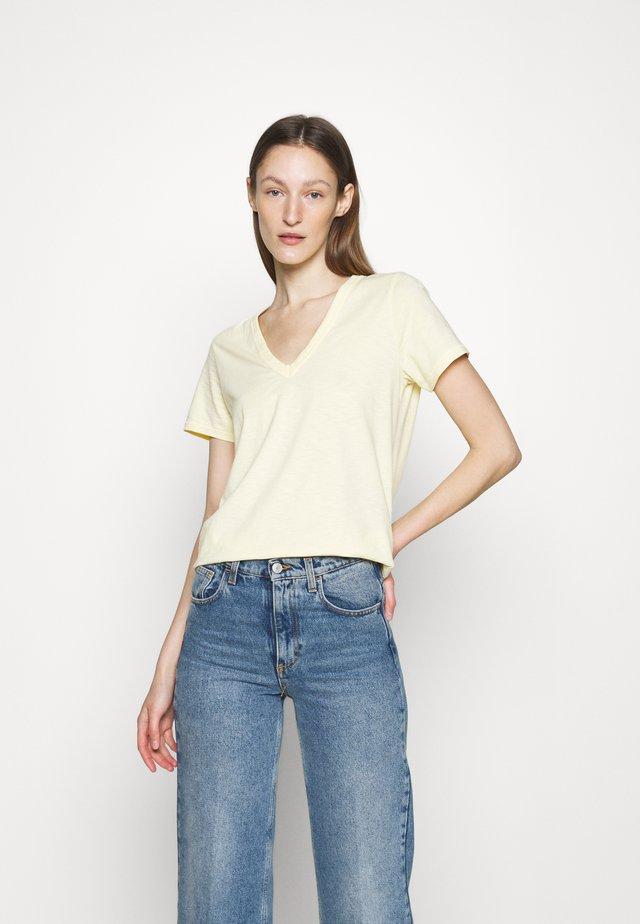 THE SLUB VEE - T-shirts - yellow sunrise