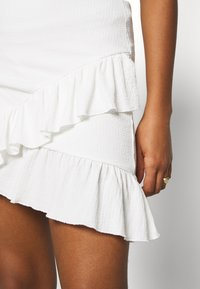 Nly by Nelly - FRILL STRUCTURED SKIRT - Mini skirt - white - 5