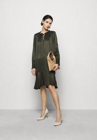Bruuns Bazaar - BAUME ESTE DRESS - Koktejlové šaty/ šaty na párty - green night - 1
