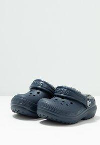 Crocs - CLASSIC LINED - Klapki - navy/charcoal - 3