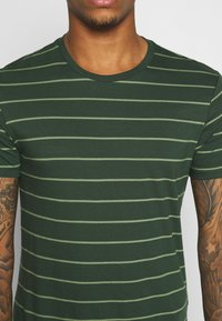 Levi's® - CREWNECK 2 PACK - T-shirt con stampa - python green - 6