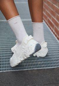 Nike Sportswear - SPACE HIPPIE - Sneakers laag - sail/light orewood brown/sail - 4