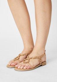 Menbur - Sandály s odděleným palcem - sand - 0