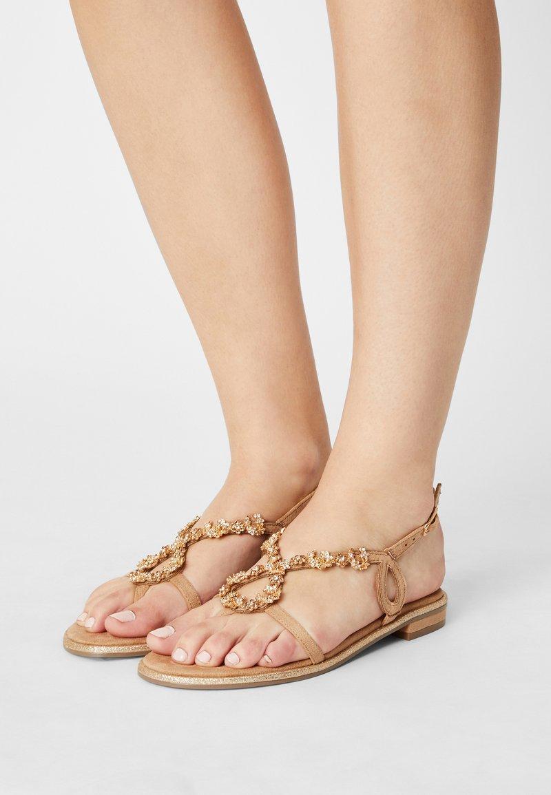 Menbur - Sandály s odděleným palcem - sand