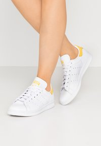 adidas Originals - STAN SMITH - Matalavartiset tennarit - footwear white/core yellow - 0