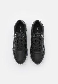Tommy Hilfiger - INTERLOCK CITY  - Sneakersy niskie - black - 5