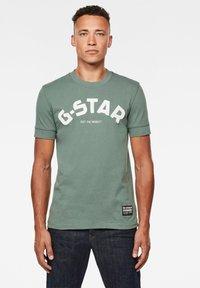 G-Star - FELT APPLIQUE LOGO SLIM R T S\S JUNGLE MEN - T-shirt print - jungle - 0
