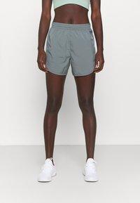 Nike Performance - TEMPO LUXE SHORT  - Pantaloncini sportivi - smoke grey/silver - 0