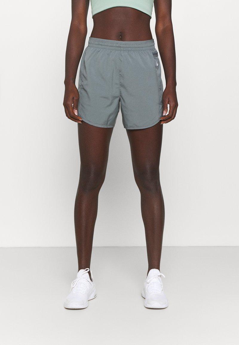 Nike Performance - TEMPO LUXE SHORT  - Pantaloncini sportivi - smoke grey/silver