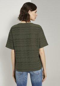 TOM TAILOR - TOM TAILOR T-SHIRT OVERSIZED-T-SHIRT MIT STRUKTURMUSTER - Print T-shirt - woodland green - 2