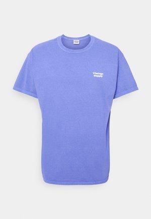 CORE OVERDYE - Print T-shirt - purple