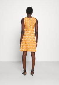 M Missoni - SLEEVELESS DRESS - Jumper dress - pumpkin - 2
