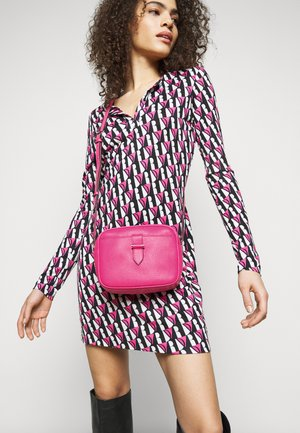 CARLY CROSS OVER - Across body bag - pink