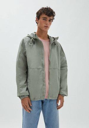 MIT KAPUZE - Lehká bunda - light green