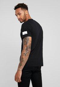 Redefined Rebel - TEE OPTION - T-shirt imprimé - black - 2