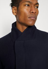 Isaac Dewhirst - HIDDEN BUTTON PLACKET - Cappotto classico - navy - 5