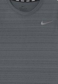 Nike Performance - MILER - Jednoduché triko - smoke grey - 2