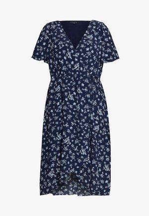OLLIE SHIRRED CURVE WRAP DRESS - Kjole - jasmine white