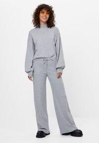 Bershka - MIT WEITEM BEIN UND KORDEL - Kalhoty - light grey - 1
