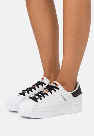 SUPERSTAR SPORTS INSPIRED SHOES - Baskets basses - grey one footwear white core black