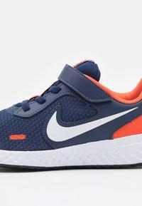Nike Performance - REVOLUTION 5 UNISEX - Neutrální běžecké boty - midnight navy/white/orange - 5
