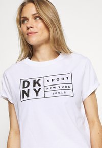 DKNY - BOXY TEE WITH OVERSIZED LABEL - Print T-shirt - white - 4