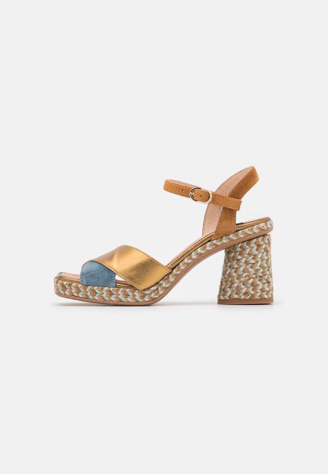 CORDELIA  - Sandaler - jeans/oro viejo