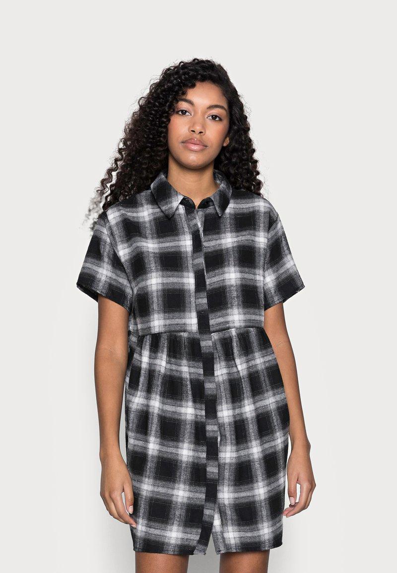 Missguided Petite - SMOCK DRESS CHECK - Shirt dress - black
