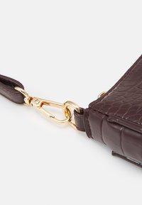 ONLY - ONLBELINDA BAGETTE BAG - Håndtasker - chocolate brown - 3