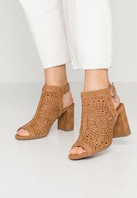 XTI - High heeled sandals - camel - 0