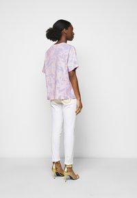 Versace Jeans Couture - Triko spotiskem - blue bell/pink confetti - 2
