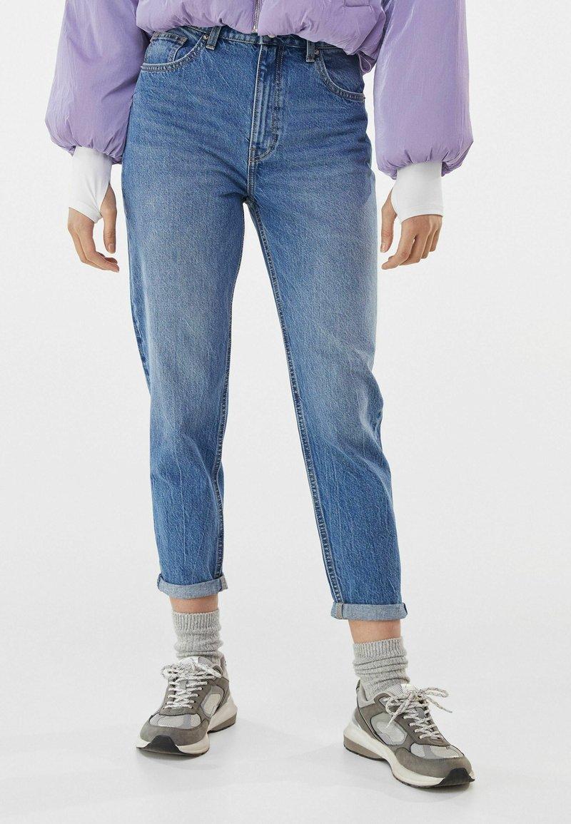 Bershka - MOM FIT JEANS - Jeans baggy - dark blue