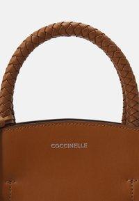 Coccinelle - CONCRETE INFILATURE - Handtas - caramel - 4