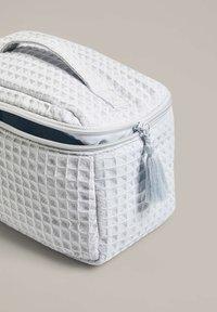 OYSHO - SQUARE WAFFLE - Wash bag - blue - 3