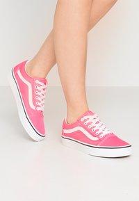 Vans - OLD SKOOL - Trainers - knockout pink/true white - 0