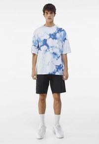 Bershka - OVERSIZED UNISEX - Print T-shirt - white - 1